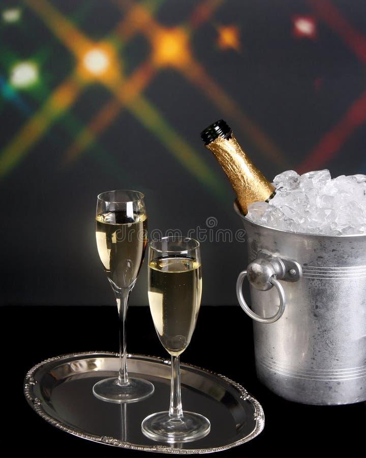 Download Champagne Und Eiswanne Mit Hintergrundleuchten Stockfoto - Bild von luftblasen, feier: 12203624