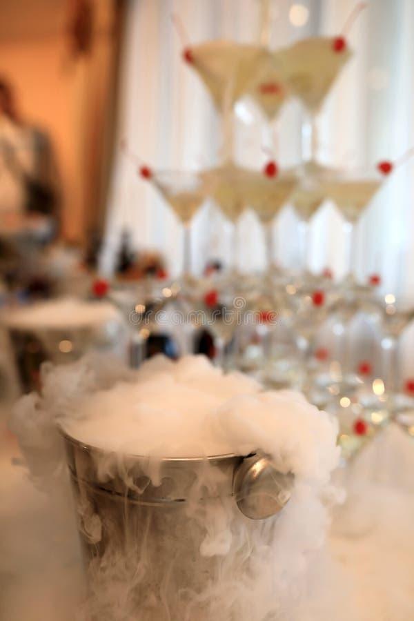 Champagne und flüssiger Stickstoff lizenzfreie stockbilder
