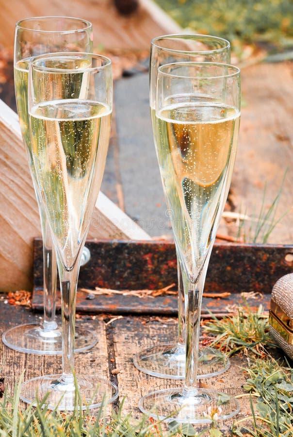 Champagne und Goldgeldbeutel auf den Docks stockbilder