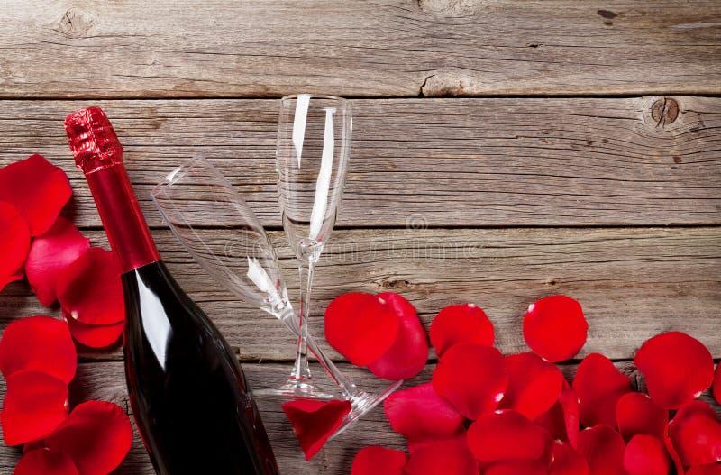 Champagne und rosafarbene Blumenblätter lizenzfreies stockbild