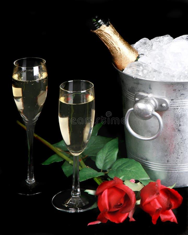 Download Champagne und rote Rosen stockfoto. Bild von sprudelnd - 12203646
