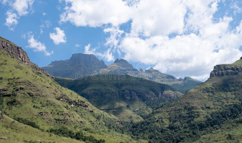 Champagne Valley nära Winterton som bildar delen av den centrala Drakensberg bergskedjan, Kwazulu Natal, Sydafrika royaltyfria bilder