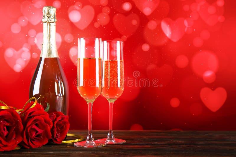 Champagne voor paar in liefde in twee fluiten op lijst met rood tafelkleed stock fotografie
