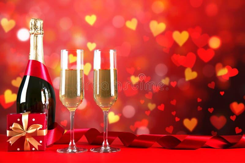 Champagne voor paar in liefde in twee fluiten op lijst met rood tafelkleed royalty-vrije stock afbeeldingen