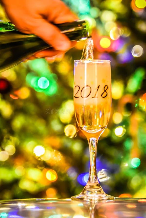 Champagne of wijn 2018 glas op fonkelende achtergrond stock afbeelding
