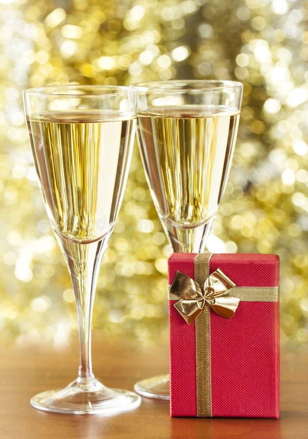 Download Champagnea Nd-kleines Geschenk Stockfoto - Bild von romanze, champagner: 27726818