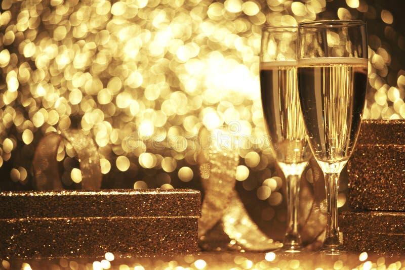 Champagneexponeringsglas med gåvaaskar arkivfoto