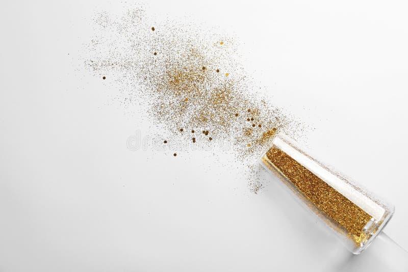 Champagneexponeringsglas med guld blänker och utrymme för text på vit bakgrund Uppsluppen beröm arkivfoto