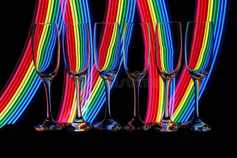 Champagneexponeringsglas med neonljus bakom royaltyfri bild