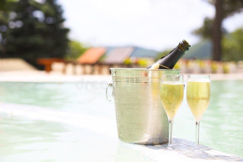 Champagneexponeringsglas och flaska i ishink arkivfoton