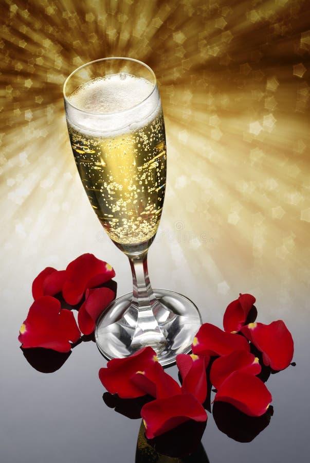 Champagneexponeringsglas och rose petals arkivfoto