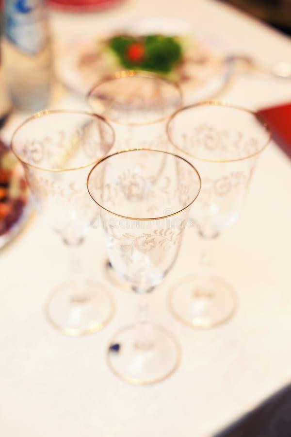 Champagneexponeringsglas på den festliga tabellen royaltyfri bild