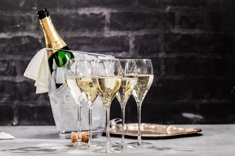 Champagneexponeringsglas på mörker stenar bakgrund arkivfoton