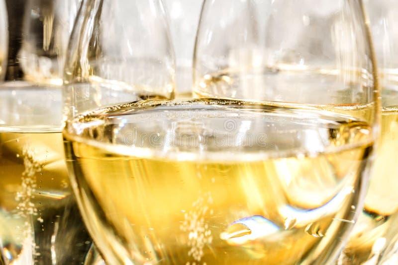 Champagneexponeringsglas på mörker stenar bakgrund royaltyfri foto