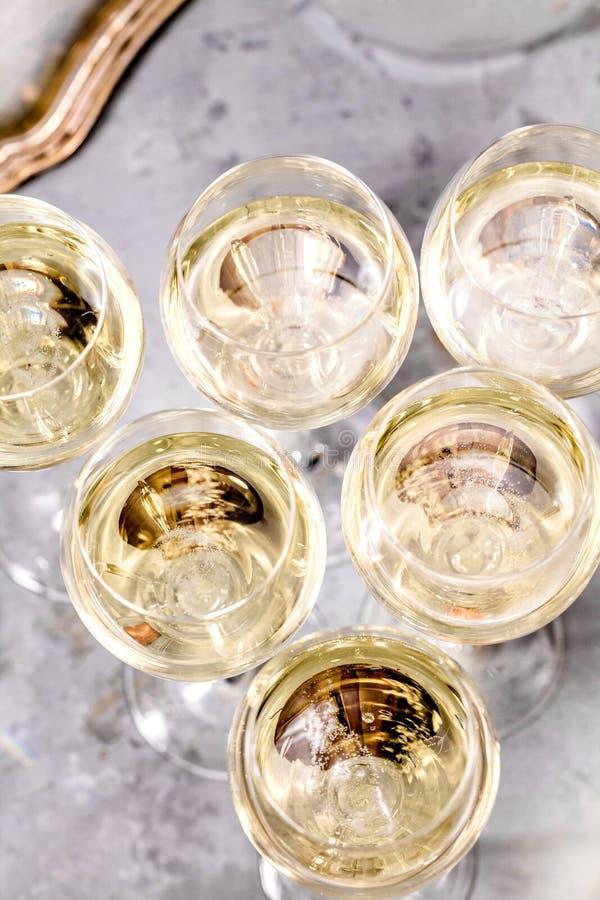Champagneexponeringsglas på mörker stenar bakgrund royaltyfri bild