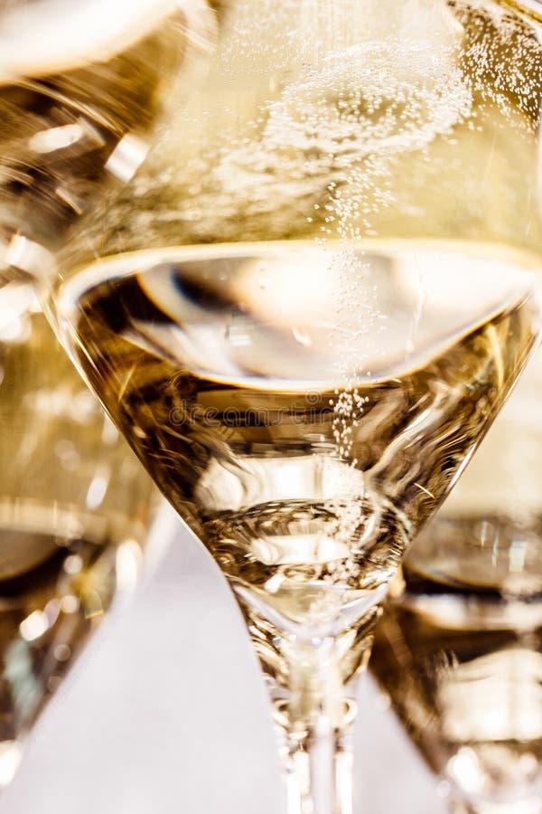 Champagneexponeringsglas på mörker stenar bakgrund fotografering för bildbyråer