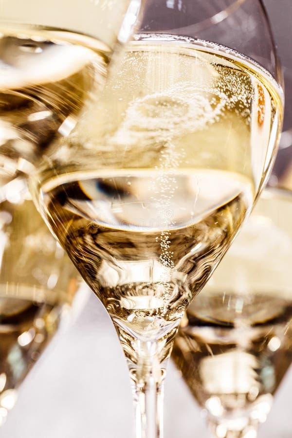 Champagneexponeringsglas på mörker stenar bakgrund royaltyfria foton