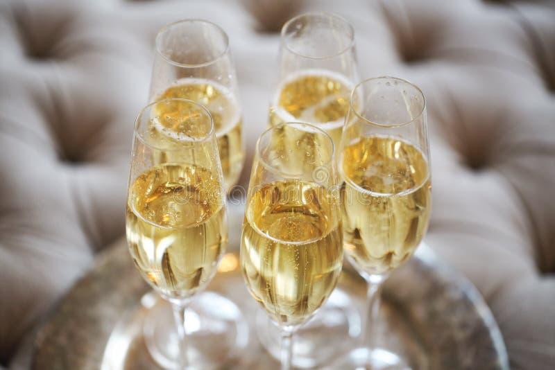 Champagneexponeringsglas på silvermagasinet arkivbilder