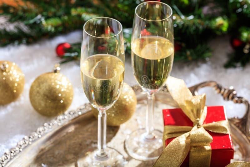 Champagneexponeringsglas på snö royaltyfri fotografi