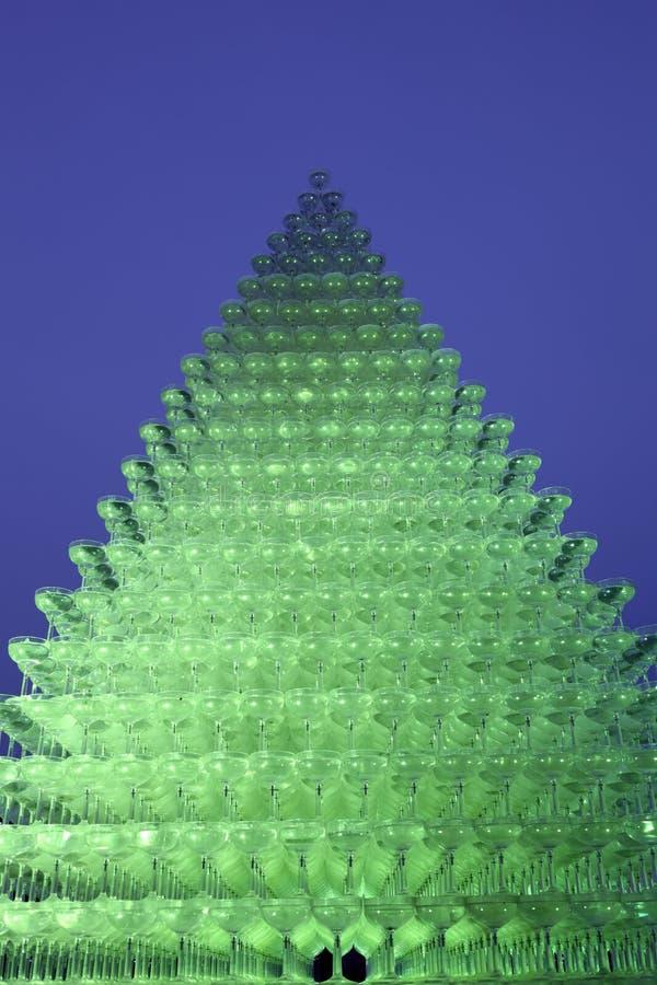 Champagneexponeringsglaspyramid royaltyfri fotografi
