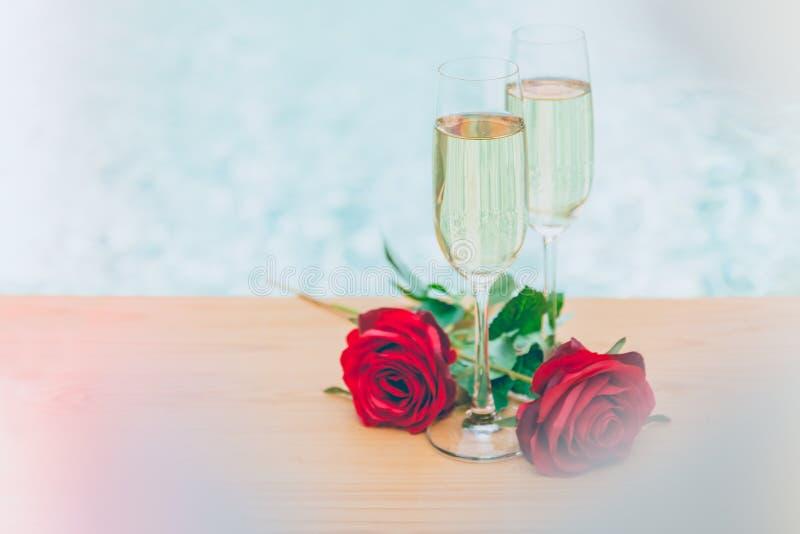 Champagneexponeringsglastrollstaven steg blomman med den mjuka nästa simbassängen för linsräkningen arkivbilder