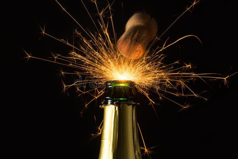 Champagneflaska med att poppa firworks royaltyfria bilder