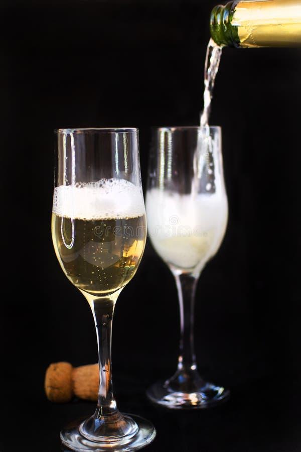 Champagneflaska med champagneexponeringsglas Champagneflaska med champagneexponeringsglas arkivfoto