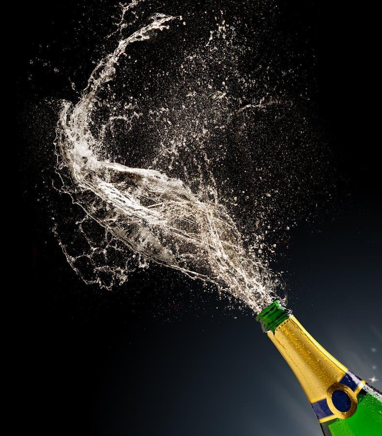 Champagneflaska med färgstänk royaltyfria bilder