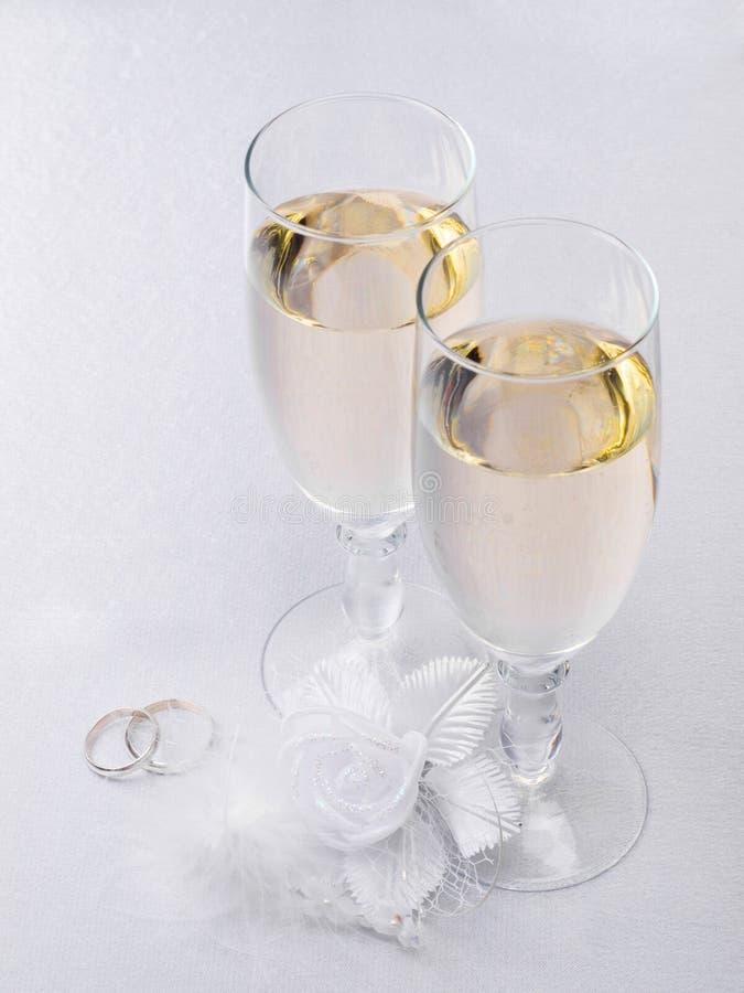 champagnegarneringexponeringsglas två som gifta sig royaltyfria foton
