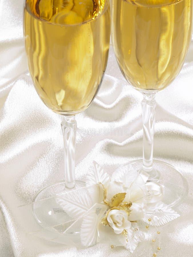 champagnegarneringexponeringsglas två som gifta sig arkivbilder