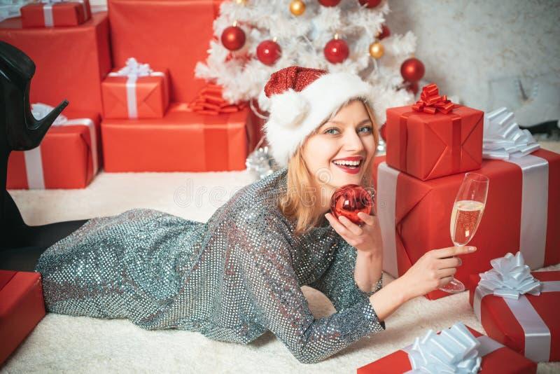 Champagnepartiberöm Helgdagsaftonflicka för nytt år Uttryck vänder mot Julgranen dekorerar hemma Le flickavinter arkivfoto
