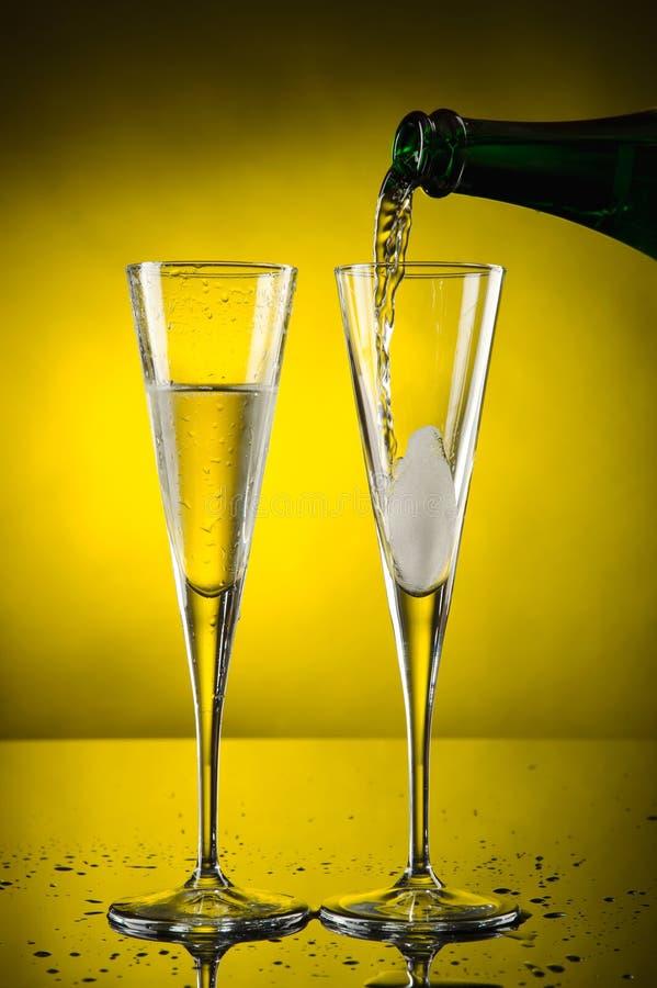 Champagner mit zwei Gläsern lizenzfreies stockbild
