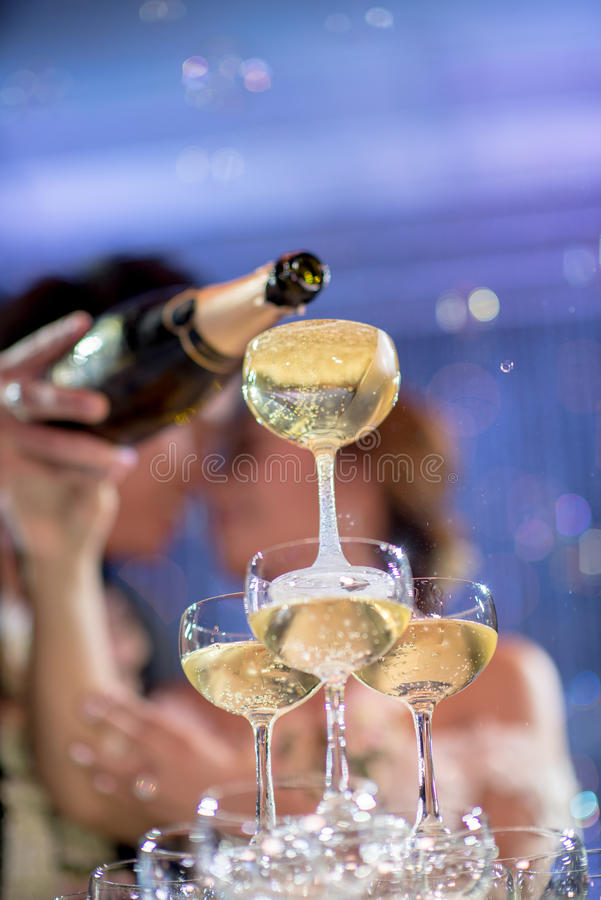 Champagnetorn med par i bröllopparti arkivbild
