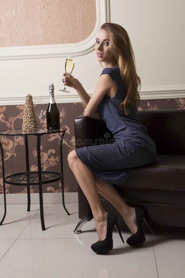 Champanhe bebendo da menina elegante fotos de stock