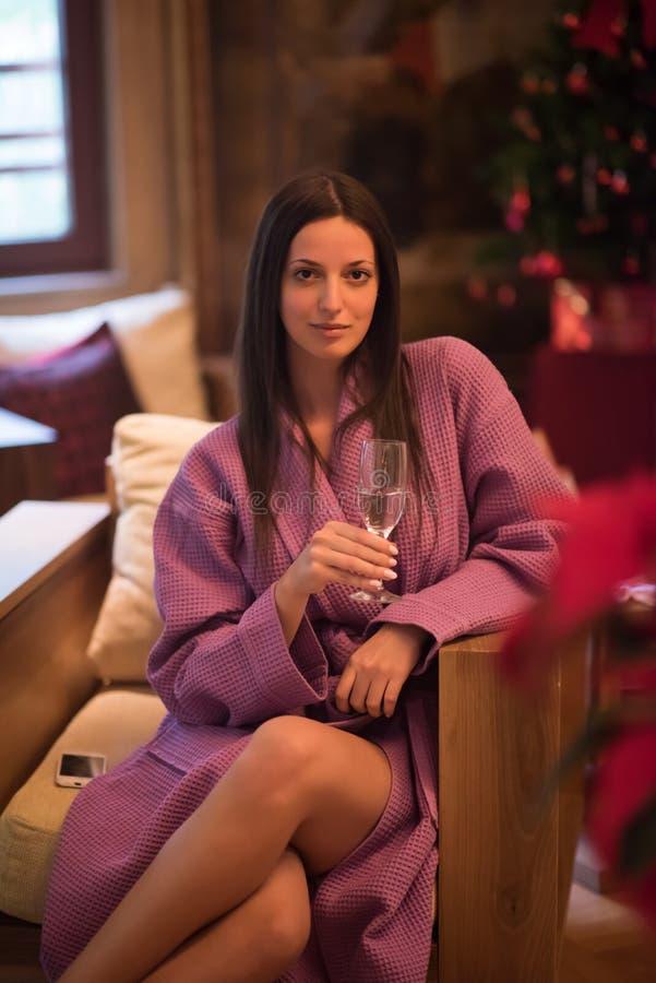 Champanhe bebendo da mulher em termas fotografia de stock royalty free
