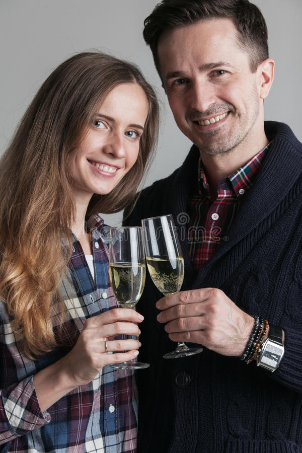 Champanhe clinking dos pares foto de stock