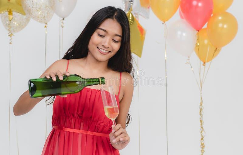 Champanhe de derramamento da mulher atrativa no partido fotografia de stock royalty free
