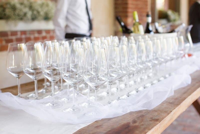 Champanhe de derramamento do empregado de mesa imagem de stock