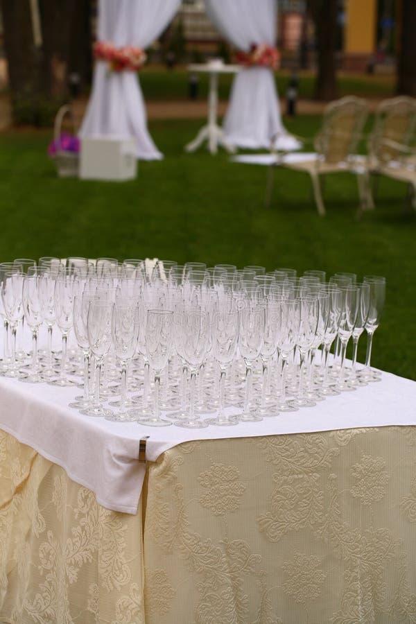 Champanhe de derramamento do garçom nos vidros na tabela imagem de stock royalty free