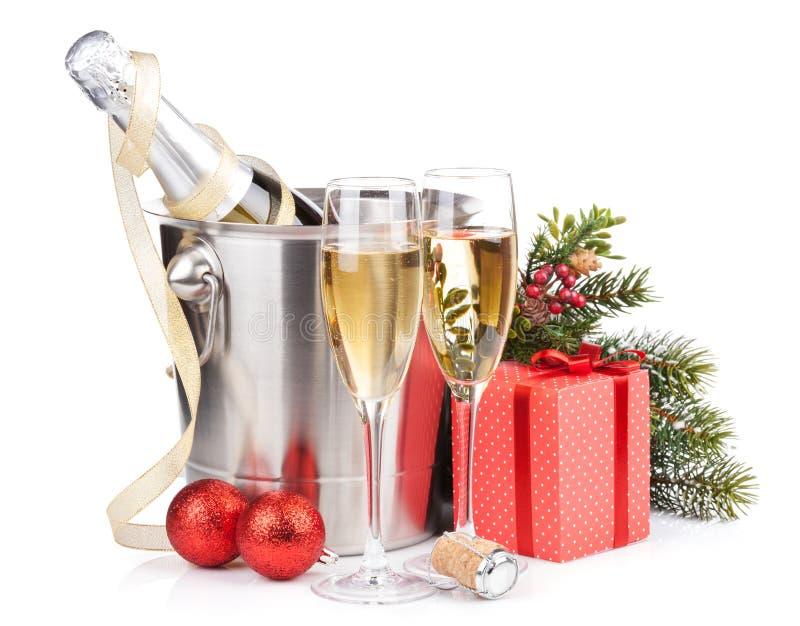 Champanhe do Natal na cubeta e na caixa de presente foto de stock royalty free