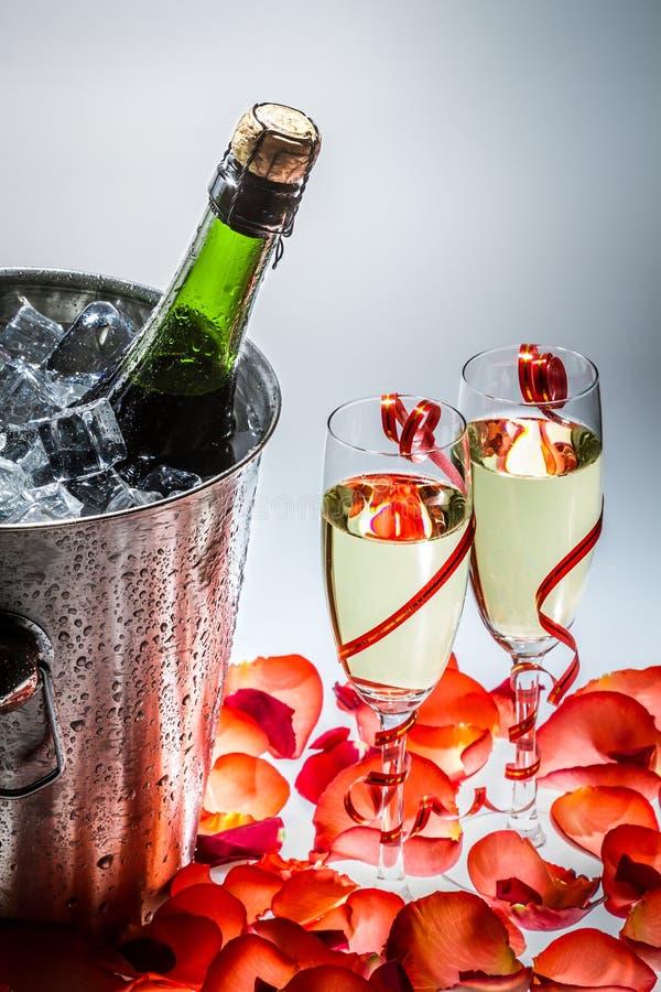 Champanhe frio e rosas vermelhas no ano novo imagem de stock royalty free