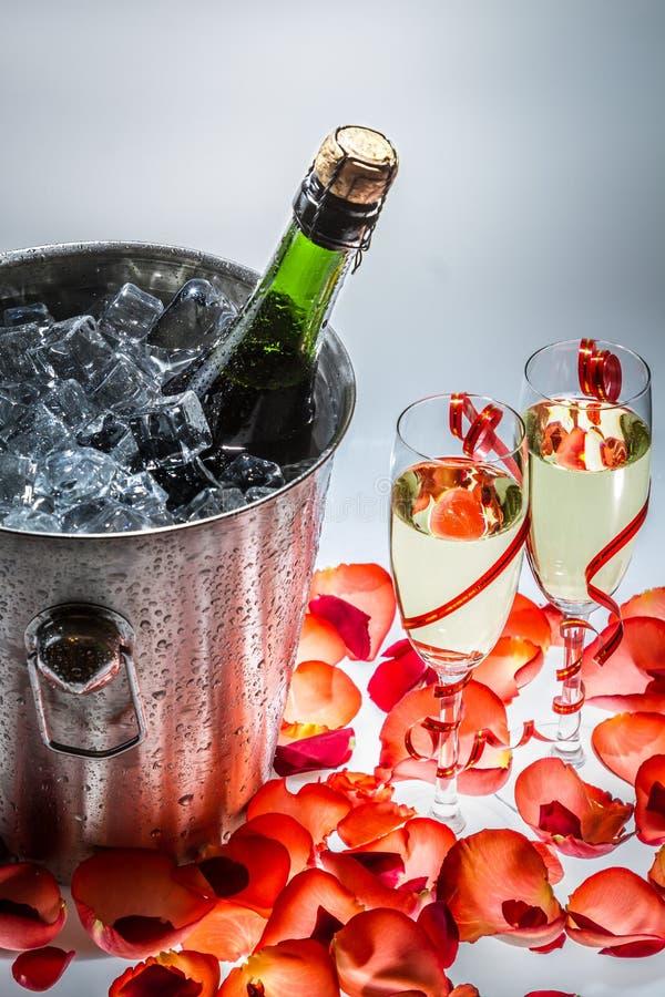 Champanhe frio no feriado do ano novo imagem de stock royalty free