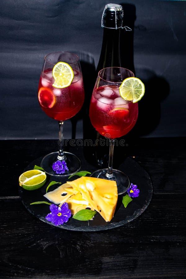 Champanhe saboroso, vermelho nos vidros imagens de stock royalty free