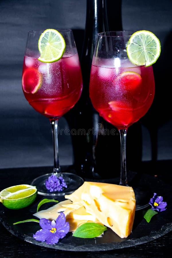 Champanhe saboroso, vermelho nos vidros fotos de stock
