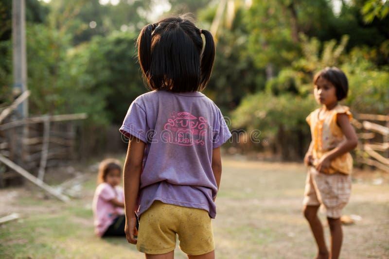 CHAMPASAK, LAOS - 26 DE FEBRERO: Niños no identificados imagen de archivo libre de regalías