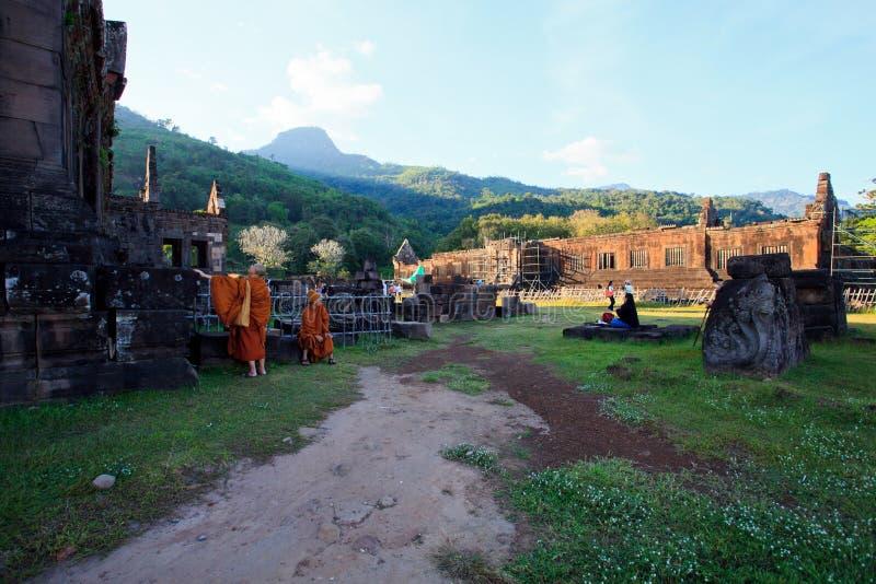 Champasak Laos - Nov21 - groep niet geïdentificeerde mensen en monnik die zich voor Prasat Wat Phu bevinden belangrijk van de were stock afbeeldingen