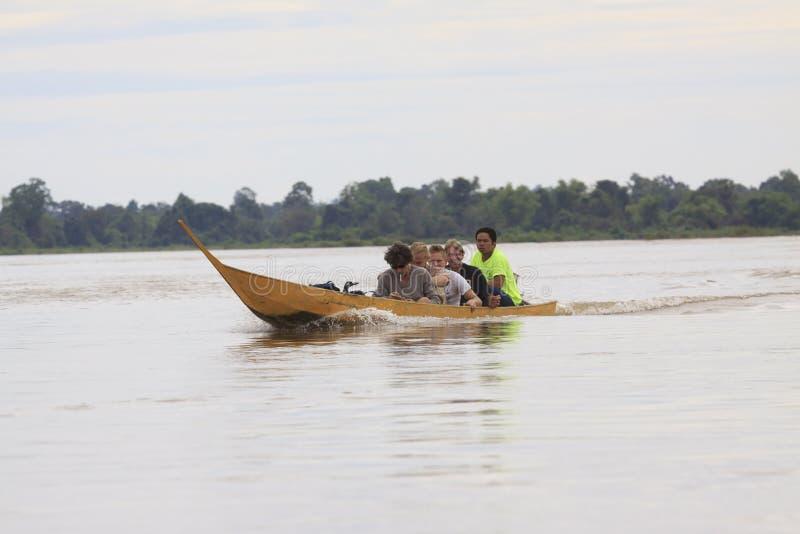 Champasak listopad 22: gość na lokalnej długiego ogonu łodzi w M zdjęcie stock
