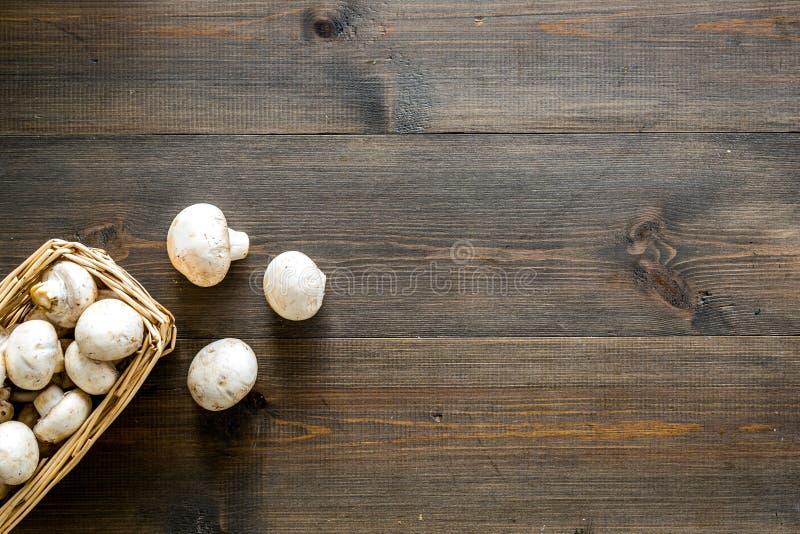 Champiñones de la seta Champiñones enteros crudos frescos en el espacio de madera oscuro de la opinión superior del fondo para el fotografía de archivo libre de regalías
