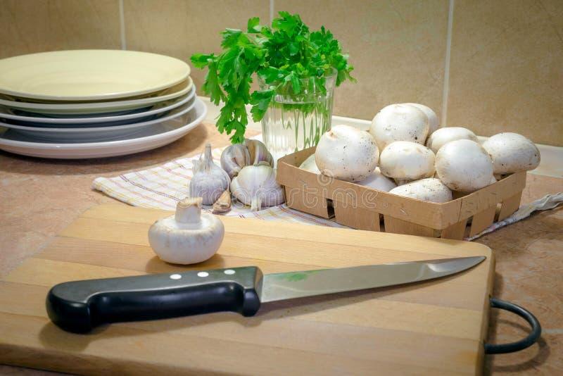 Champiñones fino cortados y cocinado con aceite, ajo y parsle fotografía de archivo libre de regalías