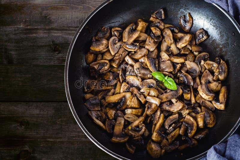 Champignon de paris frit délicieux et sain de champignon avec l'huile d'olive, l'oignon, le garli, les piments et le basilic sur  image libre de droits